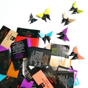 papillons origami en emballages de chocolats