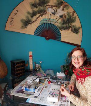 Véronique WARDEGA dans son atelier, sous un paravent japonais
